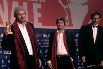 José Padilha (The Elite Squad) tillsammans med sina kollegor visar upp guldbjörnen på presskonferensen (foto med mobilkamera, därav den låga kvalitén). Film.nu