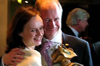 Maria Kulle gratuleras av motspelaren, och vinnaren av guldbaggen för bästa manliga huvudroll, Robert Gustavsson. Foto: Maya Kirzner.
