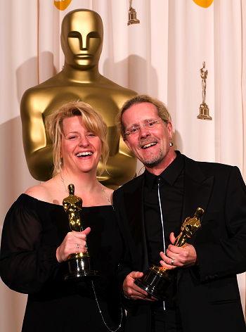 Karen Baker Landers och Per Hallberg med sina Oscars. A.M.P.A.S.