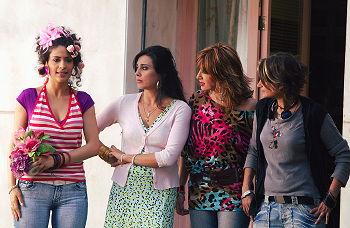 Nadine Labaki (andra från vänster) tillsammans med de andra skådespelerskorna i Caramel. Atlantic Film