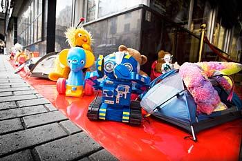 Leksaker i kö utanför biografen Rigoletto i Stockholm. Nordisk Film