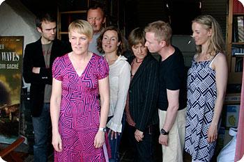 Maria Blom tillsammans med skådespelarensemblen till nya filmen Nina Frisk. Foto: Esbjörn Guwallius/Film.nu.