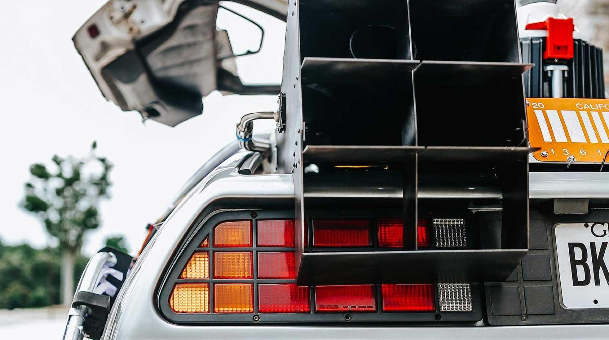 En närbild av en DeLorean-bil med öppna dörrar