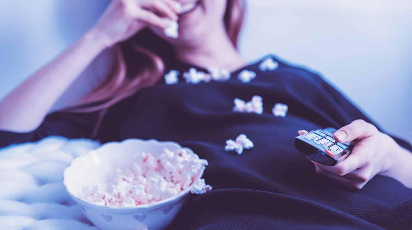 Småätande framför TV:n har sina risker. Foto: JESHOOTS.COM / Unsplash